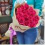 Букет Розовые розы в крафте из 15 роз